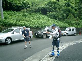 登山口、3台の車から降りて身支度
