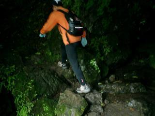 沢を飛び石で渡る