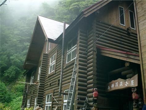 丸太作りの大きな山小屋