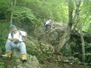 岩場を下る仲間と下で休む仲間